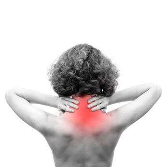 Femme se tenant le dos à cause de la douleur